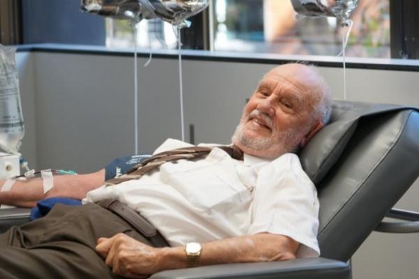 """""""拥有金手臂的男人"""":澳洲男子献血救百万婴儿"""