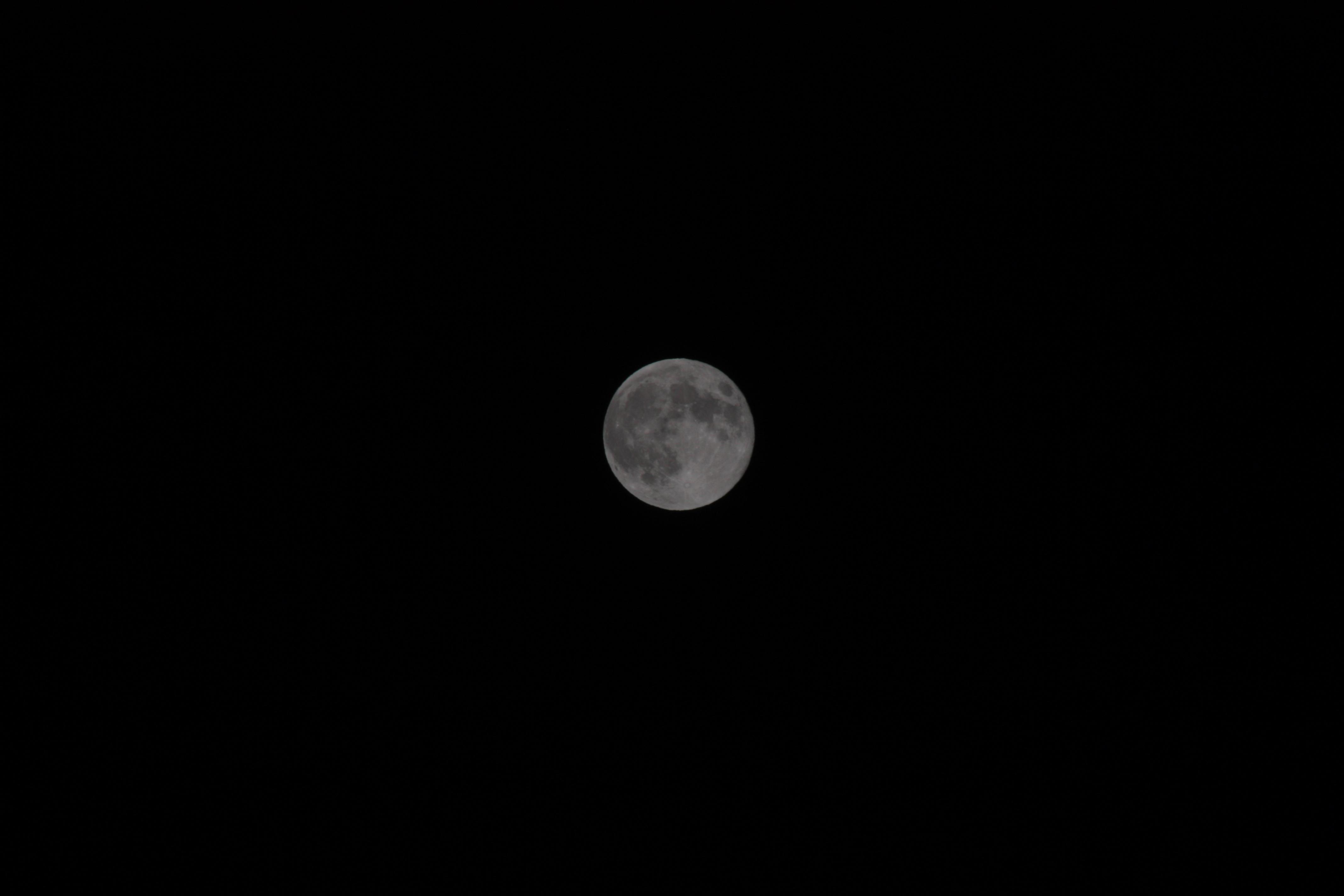 300mm焦距下的月亮|十五 18层楼顶摄影