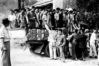 重庆民众走上街头欢庆湘北大捷 抗战相持阶段的伟大胜利