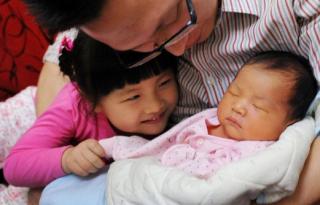 """从""""计划生""""到""""鼓励生"""":中国的生育基金与""""丁克税""""提议遭批"""