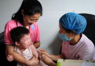 中国疫苗丑闻触动公众神经,10名涉事官员被免职
