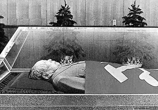 揭秘:毛主席水晶棺制作过程,可抗8级地震至,今无人能再做。