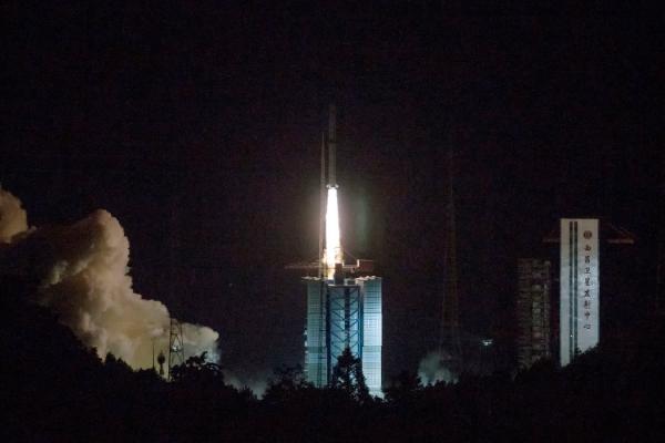 """五月份,中国发布了""""鹊桥号""""中继卫星,其将承担地球与嫦娥四号之间的信息传输功能。"""