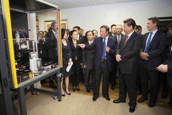 2015年,华为总裁任正非与中国国家主席习近平在伦敦。