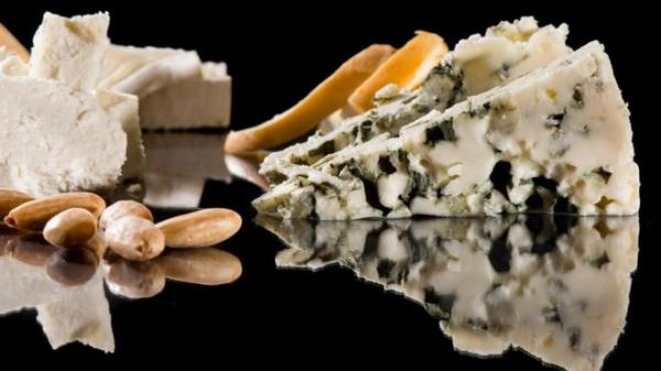 每100克蓝纹奶酪(blue cheese)的盐含量为2.7克,高于海水的盐含量。