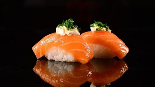 两片生鱼片寿司的含盐量为0.5克,但1汤匙酱油增加了2.2克盐,使得总含盐量达到了2.7克