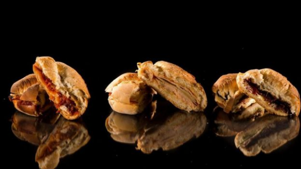 火鸡、火腿和烤牛肉等熟食肉类每份含盐量约为1.5克;两片全麦面包含盐量为0.6克