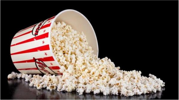 电影院大份咸味爆米花(约250克) 大约含有5克盐——根据健康指南,几乎相当于一天的盐摄入量。