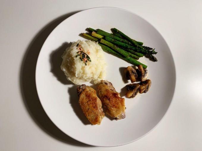 土豆泥佐盐煎鸡翅及芦笋口菇