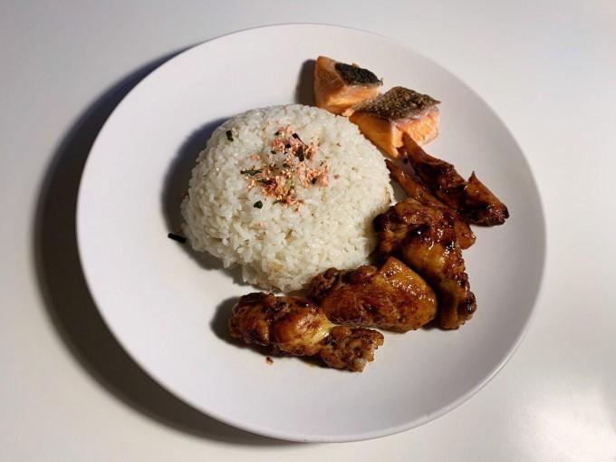 照烧鸡翅佐盐煎三文鱼配米饭