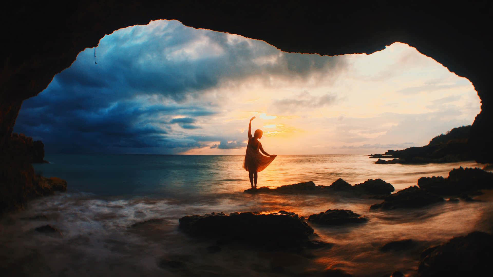 日出东方,在海边翩翩起舞的少女