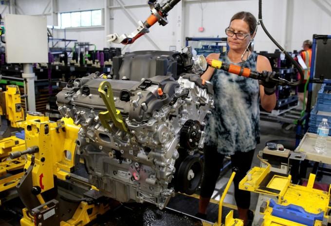 资料图片:2019年8月,美国密歇根州Romulus,通用汽车V6发动机组装线的工作场景。