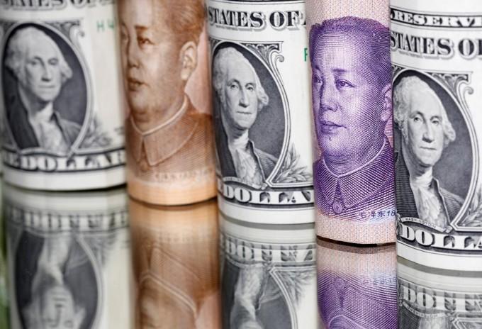 2020年2月10日,人民币和美元纸币。
