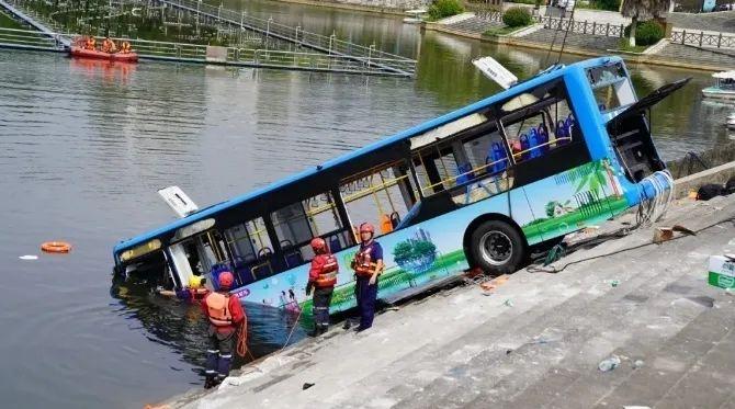 刚刚,贵州警方通报公交坠湖事件,司机蓄意报复社会