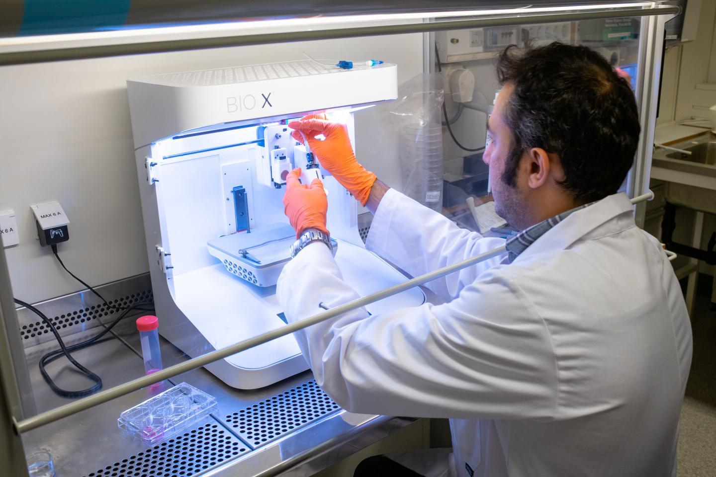 研究人员正在准备3D打印机