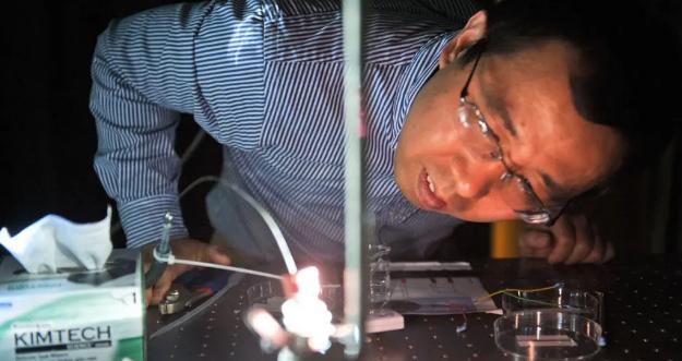 新型光可充电高压氧化还原电池