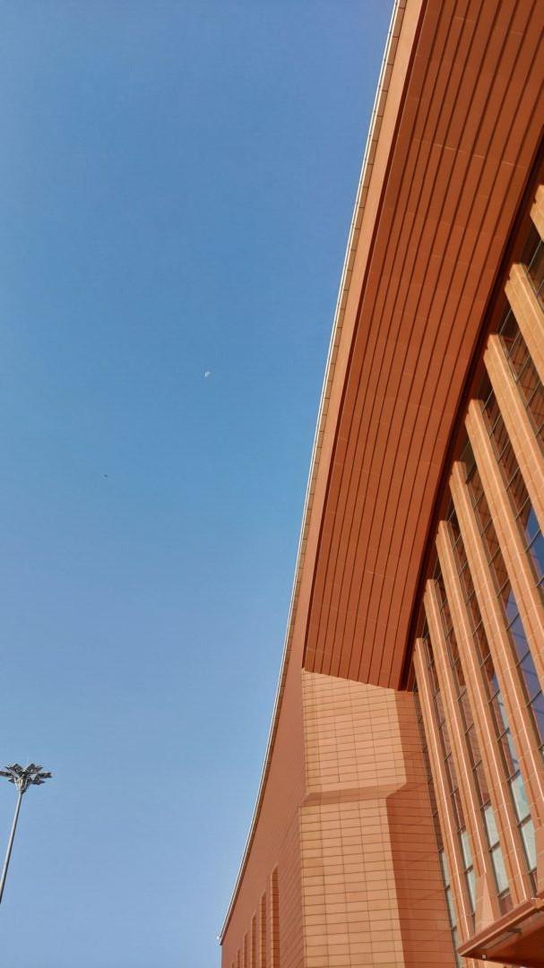 哈尔滨西站上空还能依稀看到月亮