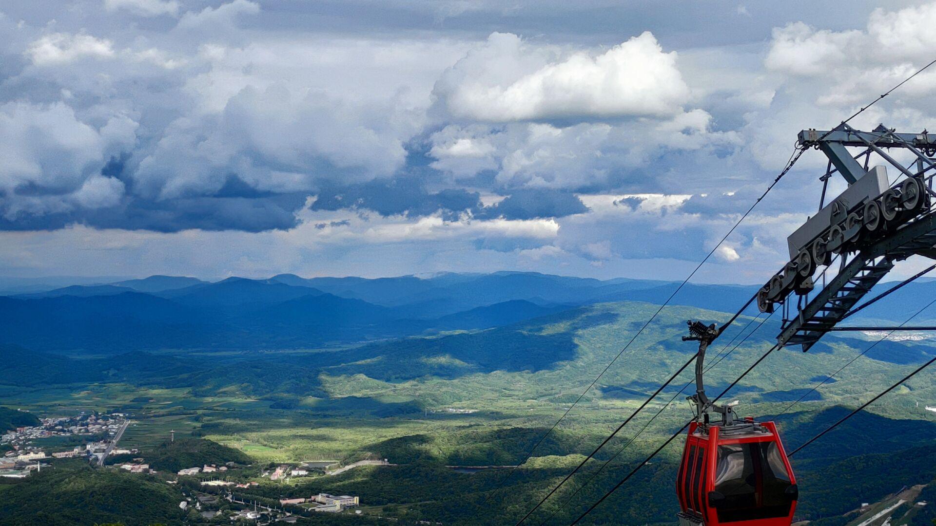 乘缆车到达山顶