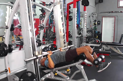 健身房里怎样磨炼胸大肌下沿-追梦健身网