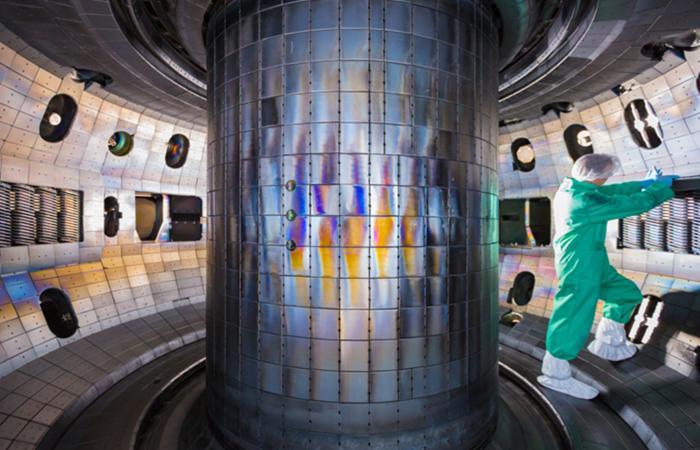 这张照片显示了位于圣地亚哥的General Atomics DIII-D国家核聚变设施腔室内部,ORNL研究人员在该处测试了钨在防护聚变装置内部的适用性。