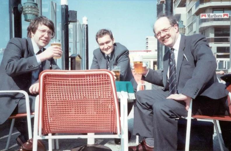 图3   艾伦·邦德(左一)