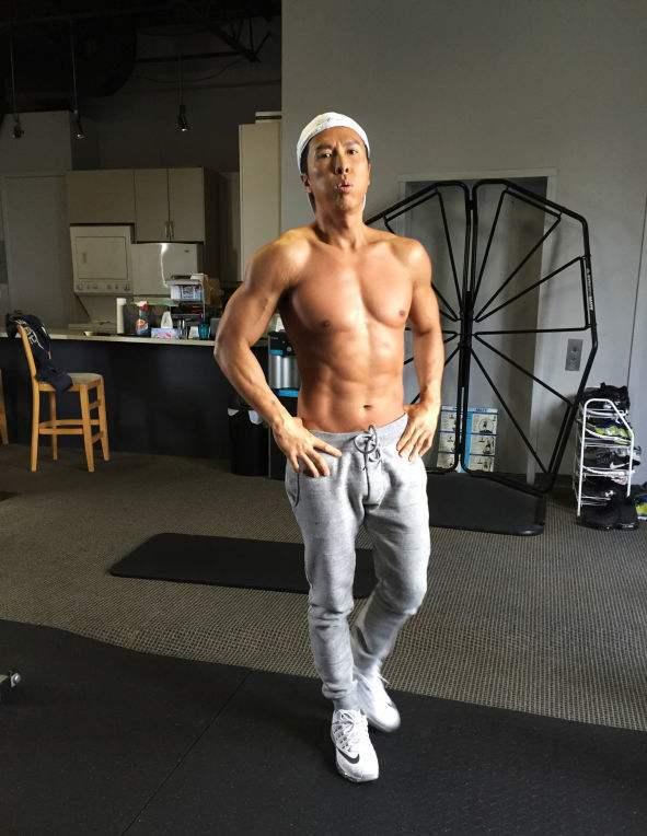 甄子丹晒胸肌腹肌组图 网友:连男生也被吸收(图)-追梦健身网