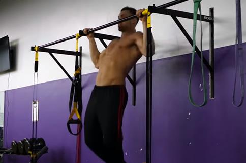 男子怎样在家徒手练背肌-追梦健身网