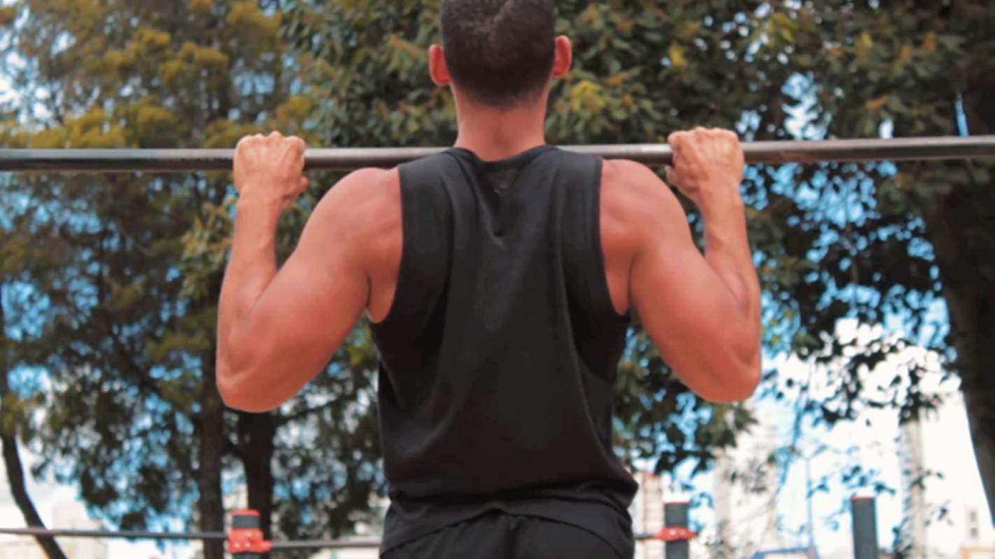 男生在家怎样徒手练背阔肌-追梦健身网