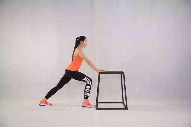 腓肠肌拉伸行动图文引见-追梦健身网