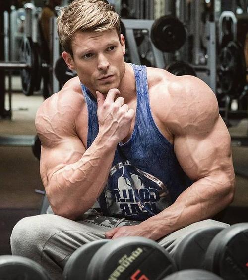 男子胸肌怎样练 才练成壮实的腹肌-追梦健身网