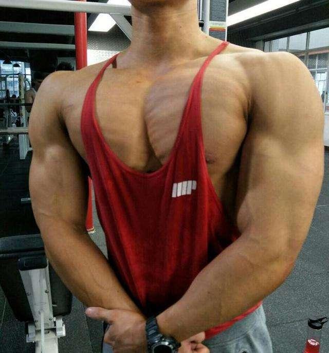 男士怎样做到把胸肌练到又厚又大?-追梦健身网